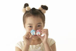 小さな家を持っている笑顔の女の子の写真素材 [FYI04067579]