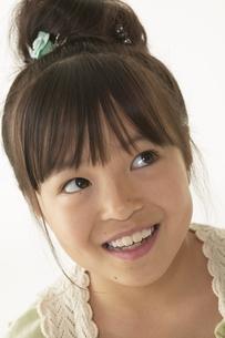 笑顔の女の子の写真素材 [FYI04067586]