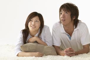 部屋でくつろいでいる男性と女性の写真素材 [FYI04067587]