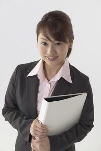 ファイルを持つスーツを着た女性の写真素材 [FYI04067600]