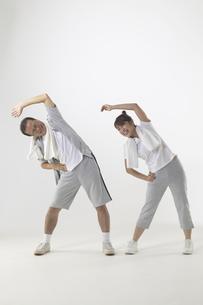 ジャージを着て体操をしている父親と娘の写真素材 [FYI04067608]