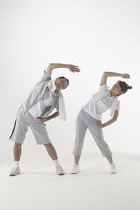 ジャージを着て体操をしている父親と娘の写真素材 [FYI04067611]