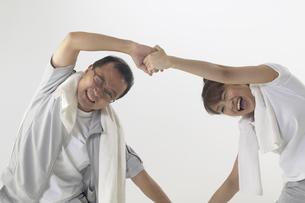 ジャージを着て体操をしている父親と娘の写真素材 [FYI04067613]