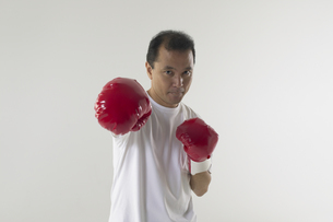 ボクシングをしている男性の写真素材 [FYI04067620]
