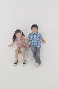 遊んでいる男の子と女の子の写真素材 [FYI04067622]