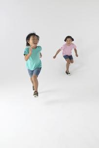 走っている男の子と女の子の写真素材 [FYI04067625]