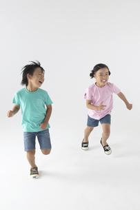 走っている男の子と女の子の写真素材 [FYI04067626]