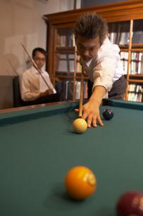 ビリヤードをしている男性の写真素材 [FYI04067633]