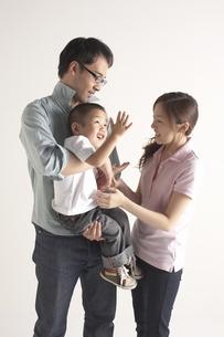 子供と遊んでいる夫婦の写真素材 [FYI04067646]