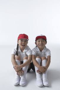 体操服を着て座っている男の子と女の子の写真素材 [FYI04067654]