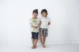 壁にもたれてる男の子と女の子の写真素材 [FYI04067659]