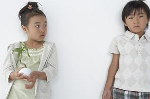 壁にもたれてる男の子と女の子の写真素材 [FYI04067660]
