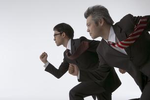 走っている二人のビジネスマンの写真素材 [FYI04067661]
