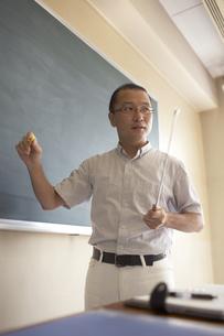 黒板の前で授業をする先生の写真素材 [FYI04067727]