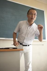 黒板の前で授業をする先生の写真素材 [FYI04067729]