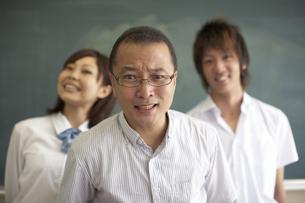 黒板の前に立つ先生と生徒の写真素材 [FYI04067735]