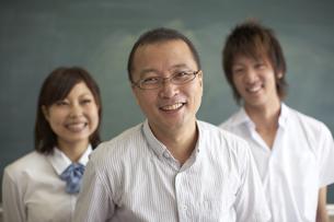 黒板の前に立つ先生と生徒の写真素材 [FYI04067736]