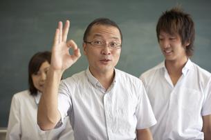 黒板の前に立つ先生と生徒の写真素材 [FYI04067737]