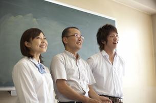 黒板の前に立つ先生と生徒の写真素材 [FYI04067740]