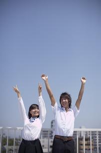 屋上でくつろぐ生徒達の写真素材 [FYI04067752]