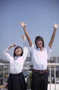 屋上でくつろぐ生徒達の写真素材 [FYI04067753]