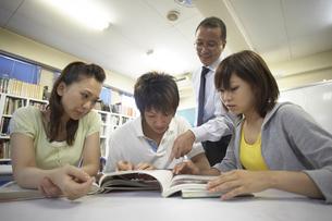 図書室で勉強をする生徒と教師の写真素材 [FYI04067755]