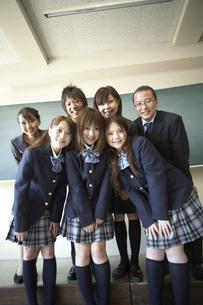 黒板の前に立つ教師と生徒の写真素材 [FYI04067774]