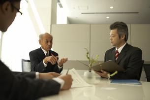 ミーティングをしている3人のビジネスマンの写真素材 [FYI04067783]