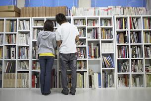 図書室で本を探す学生の写真素材 [FYI04067786]