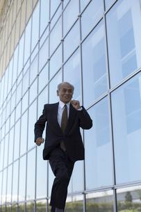 ビルの外を走っているビジネスマンの写真素材 [FYI04067795]