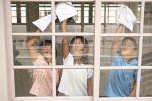 校舎の窓を掃除する小学生の写真素材 [FYI04067822]
