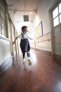 廊下を走る女子小学生の写真素材 [FYI04067824]