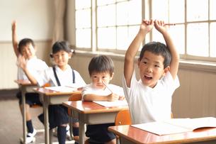 教室で授業を受ける小学生の写真素材 [FYI04067831]