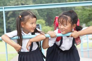 顔を見合わせて笑う2人の小学生の写真素材 [FYI04067859]
