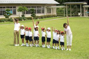 手を上げる体操服の小学生と教師の写真素材 [FYI04067861]
