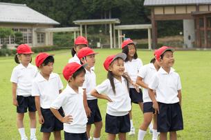 体操服で整列する小学生の写真素材 [FYI04067862]
