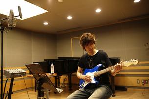 録音スタジオでギターを弾く男性の写真素材 [FYI04067965]