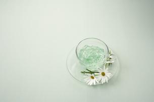 ガラスのカップのゼリーと花の写真素材 [FYI04067975]