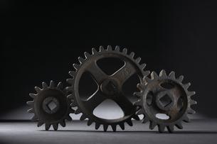 並ぶ大小三つの歯車の写真素材 [FYI04067990]