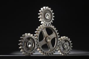 並ぶ大小四つの歯車の写真素材 [FYI04067991]