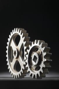 並ぶ大小二つの歯車の写真素材 [FYI04067992]