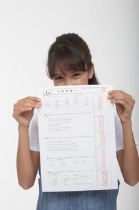 90点のテストのプリントを持つ女の子の写真素材 [FYI04068080]