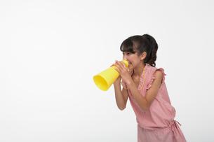 黄色いメガホンで応援する女の子の写真素材 [FYI04068089]