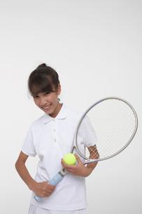テニスラケットを持つ女子学生の写真素材 [FYI04068107]