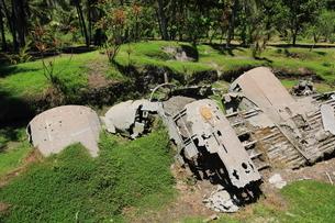 ラバウルにある米軍飛行機とゼロ戦の残骸の写真素材 [FYI04068141]