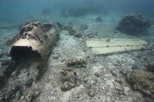 海底に沈むゼロ戦の残骸の写真素材 [FYI04068142]