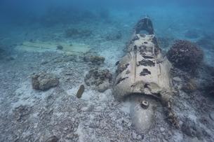 海底に沈むゼロ戦の残骸の写真素材 [FYI04068143]