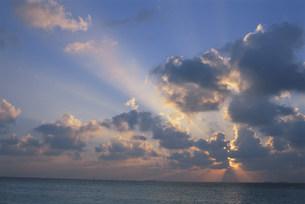 雲間からの太陽光線の夕景の写真素材 [FYI04068258]