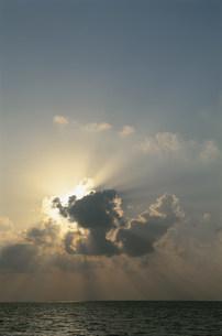 雲間からの太陽光線の夕景の写真素材 [FYI04068259]