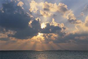 雲間からの太陽光線の夕景の写真素材 [FYI04068260]